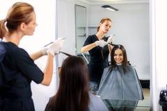 Fryzjer męski pracuje z jej klientem Obraz Stock