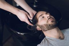 Fryzjer myje głowę prysznic w zlew zakład fryzjerski Zdjęcie Stock