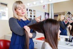 Fryzjer pracuje z klientem na zakładu fryzjerskiego tle kobieta tytułowanie włosów Zakładu fryzjerskiego pojęcie kosmos kopii zdjęcie royalty free