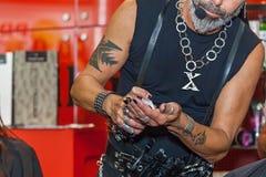 Fryzjer pracuje z modelem przy wystawą Obrazy Stock