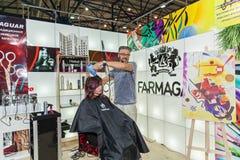 Fryzjer pracuje z modelem przy wystawą Zdjęcia Stock