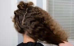 Fryzjer przygotowywał włosy kędzierzawy dziecko dla ostrzyżenia, fotografia royalty free