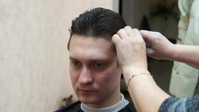 Fryzjer robi fryzura mężczyzna Hairstyling proces zbiory