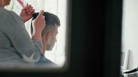 Fryzjer Robi fryzurze z ki?ci? na m??czyzny Brown w?osy w zak?adzie fryzjerskim zdjęcie wideo