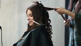 Fryzjer robi hairdress pięknej dziewczyny w piękno salonie zbiory