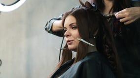 Fryzjer robi hairdress pięknej dziewczyny w piękno salonie zdjęcie wideo
