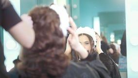 Fryzjer robi kędzierzawemu włosy dla pięknego modela zdjęcie wideo