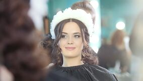 Fryzjer robi kędzierzawemu włosy dla pięknego modela zbiory wideo