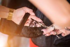 Fryzjer robi ostrzyżeniu w fryzjerstwo salonie zdjęcie stock