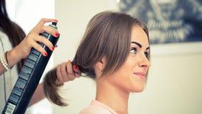 Fryzjer robi ostrzyżeniu dla kobiet w fryzjerstwo salonie Conce Obrazy Stock