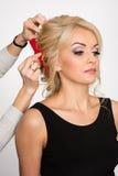 Fryzjer robi włosianej tytułowanie blondynów dziewczyny Obraz Royalty Free