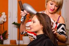 Fryzjer robi włosy piękna dziewczyna Zdjęcie Stock