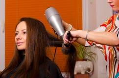 Fryzjer robi włosy piękna dziewczyna Fotografia Royalty Free