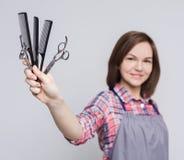 Fryzjer trzyma różnorodne gręple i nożyce fotografia royalty free