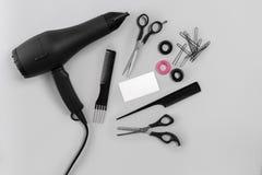 Fryzjer ustawiający z różnorodnymi akcesoriami na szarym tle fotografia royalty free