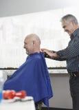 Fryzjer Usuwa przylądek Od Starszego mężczyzna obraz stock