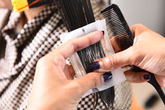 Fryzjer - włosianego stylisty fryzowania hairs Obrazy Royalty Free