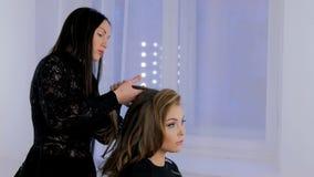 Fryzjer wykończeniowa fryzura dla klienta Obrazy Royalty Free