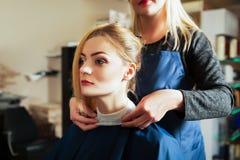 Fryzjer z kobietą w fryzjerstwo salonie Zdjęcia Stock