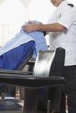 Fryzjera Cleaning mężczyzna twarz Z ręcznikiem zdjęcie royalty free