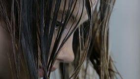 Fryzjera czesanie i cuting włosy nastoletni dziewczyna klient w włosianym salonie zbiory