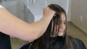 Fryzjera czesanie i cuting włosy nastoletni dziewczyna klient w włosianym salonie zbiory wideo