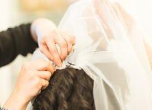 Fryzjera dylemat przesłona na bride& x27; s fryzura zdjęcia royalty free