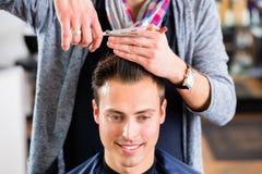 Fryzjera męskiego arymażu mężczyzna włosy w haircutter sklepie Fotografia Stock
