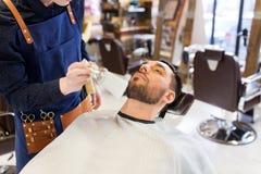 Fryzjera męskiego cleaning męska twarz z muśnięciem przy zakładem fryzjerskim Obrazy Stock