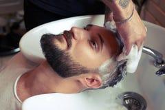 Fryzjera męskiego domycia głowa Obrazy Stock