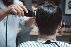 Fryzjera męskiego fryzjer robi fryzurze mężczyzna fotografia royalty free