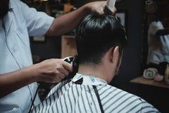 Fryzjera męskiego fryzjer robi fryzurze mężczyzna obraz stock