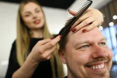 Fryzjera męskiego Hairstylist Robi ostrzyżeniu dla mężczyzny klienta obrazy royalty free