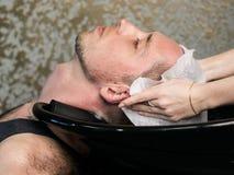 Fryzjera męskiego mężczyzna Płuczkowa głowa obraz stock