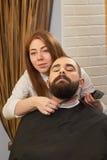 Fryzjera męskiego mienia grępla i drobiażdżarka Obrazy Royalty Free