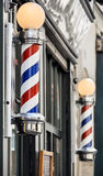 Fryzjera męskiego sklep podpisuje wewnątrz Paryż obraz stock