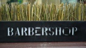 Fryzjera męskiego sklepu logo tekst outdoors w mieście zbiory