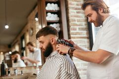 Fryzjera męskiego sklepu mężczyzna włosy cięcie Fryzjer męski Robi mężczyzna mody fryzurze obrazy stock