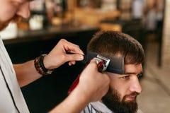 Fryzjera męskiego sklepu mężczyzna włosy cięcie Fryzjer męski Robi mężczyzna mody fryzurze zdjęcie stock
