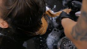 Fryzjera płuczkowy włosy kobieta klient zdjęcie wideo
