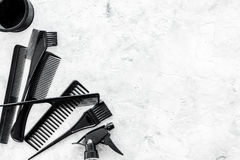 Fryzjera pracujący biurko z gręplami, narzędzia dla włosianego tytułowania na szarość kamienia biurka tła odgórnego widoku egzami Zdjęcia Stock