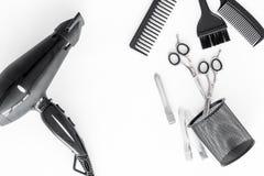 Fryzjera pracujący biurko z narzędziami dla włosianego tytułowania na białego biurka tła odgórnym widoku Fotografia Royalty Free