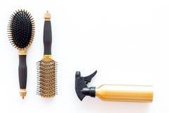 Fryzjera pracujący biurko z narzędziami up dla włosianego tytułowania na białym biurka tła odgórnego widoku egzaminie próbnym Obrazy Royalty Free