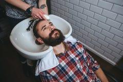 Fryzjera płuczkowy włosy młody człowiek z brodą Zdjęcie Stock