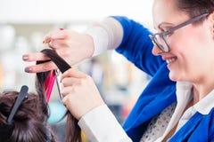 Fryzjera tytułowania kobiety włosy w sklepie Zdjęcia Stock