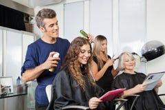 Fryzjera utworzenia klienta włosy W salonie Obrazy Royalty Free