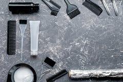 Fryzjera woorking biurko z narzędziami up na szarym tło odgórnego widoku egzaminie próbnym Obraz Stock