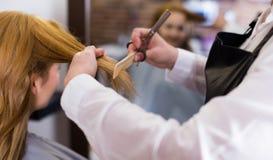 Fryzjerstwa rozcięcie i niwelacyjny włosy młoda blondynki dziewczyna m Zdjęcie Stock