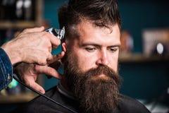 Fryzjery męscy wręczają z włosianego cążki arymażem Elegancki ostrzyżenia pojęcie Ręki fryzjer męski z cążki zakończeniem up Modn zdjęcia royalty free