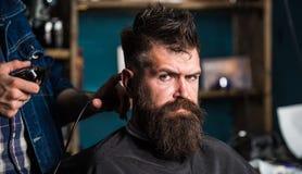 Fryzjery męscy wręczają z włosianego cążki arymażem Elegancki ostrzyżenia pojęcie Ręki fryzjer męski z cążki zakończeniem up Klie obraz stock